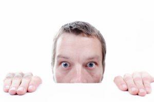 Un homme effrayé qui se cache une partie du visage